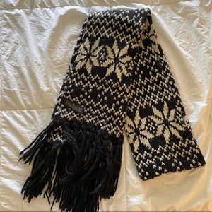 FOREVER 21 Black and White Snowflake Print Scarf